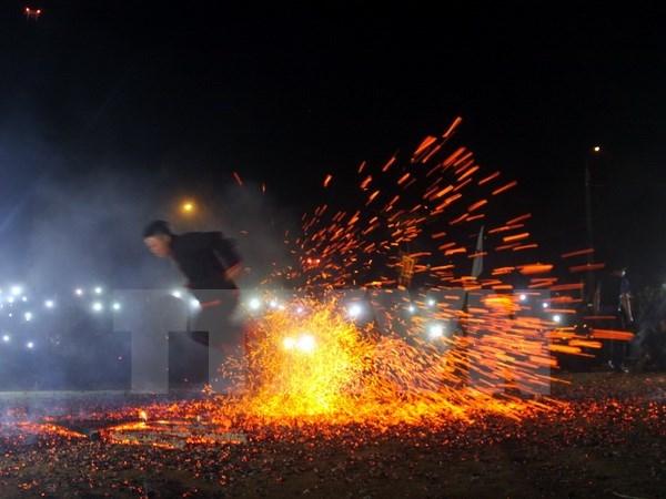 越南旅游:越南高平省红头瑶族颇具特色的挑火仪式 hinh anh 1