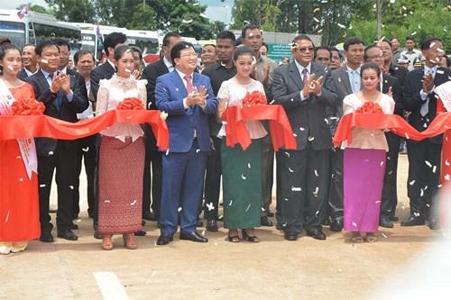 越柬建交50周年:两国陆路运输l路线正式通车 hinh anh 1