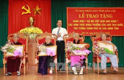 """得乐省向39位母亲授予和追授""""越南英雄母亲""""称号 hinh anh 1"""