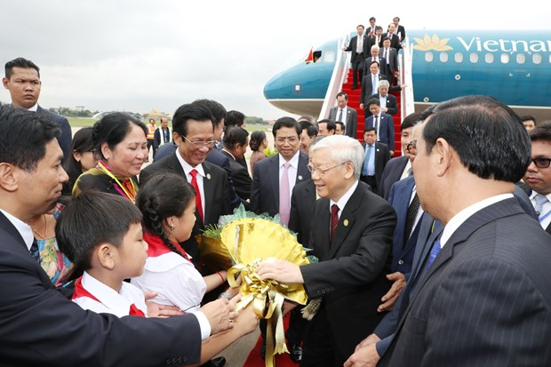 阮富仲总书记抵达柬埔寨首都金边 开始对柬埔寨进行国事访问 hinh anh 2