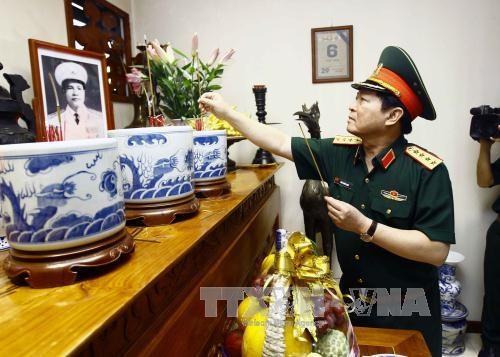 越南伤残军人和烈士日70周年:吴春历大将向越南人民军诸位已故大将敬香 hinh anh 1