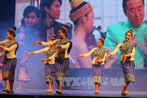 老挝艺术代表团在越南清化省进行演出 hinh anh 1