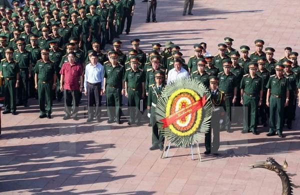 越南伤残军人和烈士日70周年:国防部部长吴春历向英雄烈士敬香 hinh anh 1
