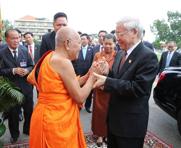 越共中央总书记阮富仲拜访柬埔寨佛教僧王 hinh anh 1