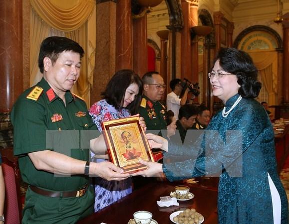 越南国家副主席邓氏玉盛会见伤残军人和残疾人企业家代表团 hinh anh 2