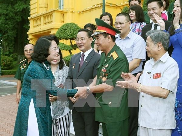 越南国家副主席邓氏玉盛会见伤残军人和残疾人企业家代表团 hinh anh 1