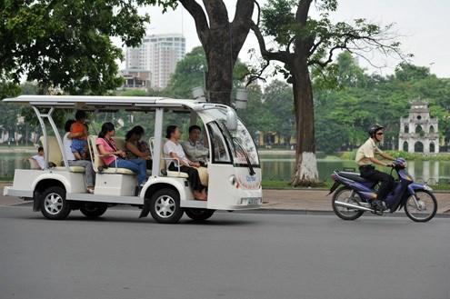 电瓶车颇受赴河内观光旅游者的喜爱 hinh anh 1