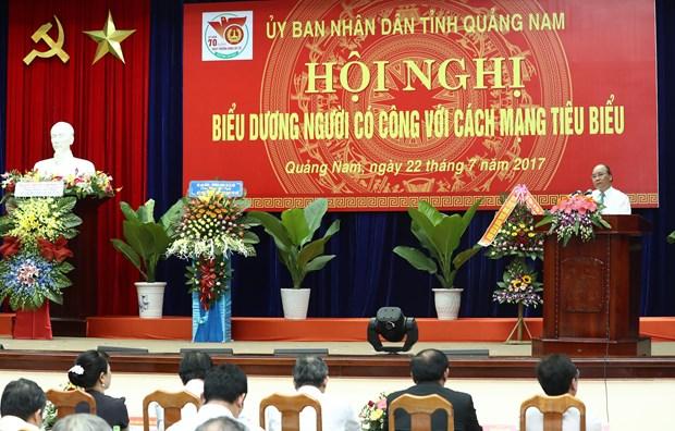 政府总理阮春福在广南省出席模范革命有功者表彰大会 hinh anh 1