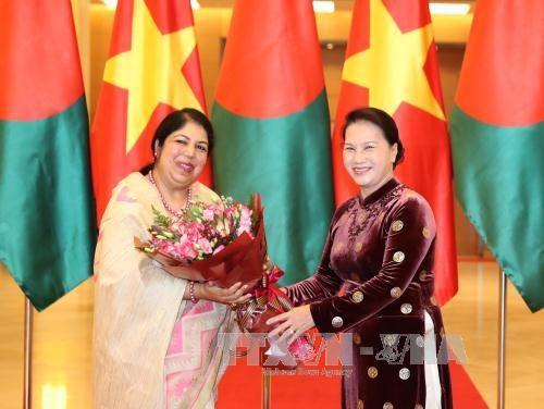 孟加拉国国民议会议长乔杜里圆满结束对越南的正式访问 hinh anh 1