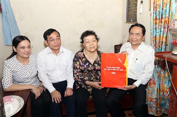 越南祖国阵线中央委员会主席陈清敏探望乂安省革命战争时期有功人员 hinh anh 1
