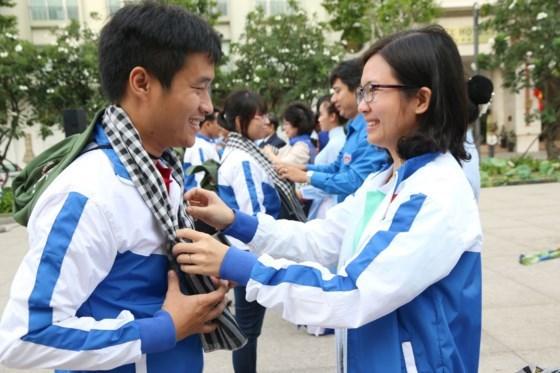 越南百余名青年志愿者赴老挝参加志愿公益活动 hinh anh 1