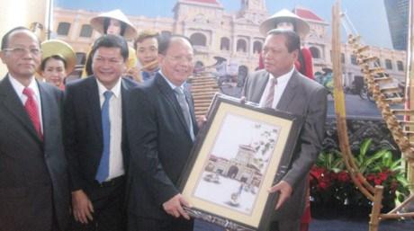 胡志明市代表团对老挝进行访问 hinh anh 1