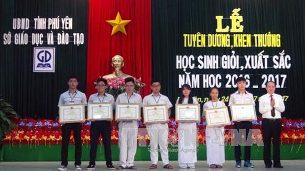 越南富安省300逾名优秀学生获得表彰 hinh anh 1