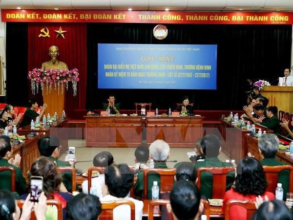 越南祖国阵线中央委员会主席会见全国越南英雄母亲和革命战争时期有功人员代表团 hinh anh 1
