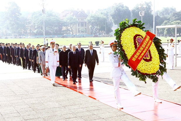 越南伤残军人与烈士日70周年:党和国家领导人入陵瞻仰胡志明主席遗容 hinh anh 1