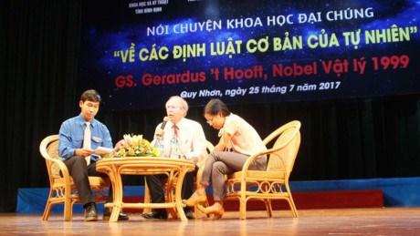 诺贝尔物理学奖得主赫拉尔杜斯·霍夫特教授与越南科学爱好者交流 hinh anh 1