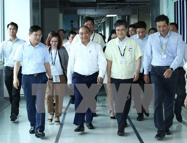 越南政府总理阮春福走访太原越南三星电子公司 hinh anh 1