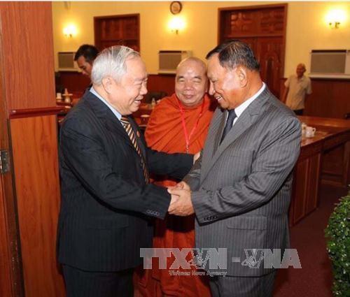 柬埔寨领导人会见越南援柬专家和志愿军代表团 hinh anh 1