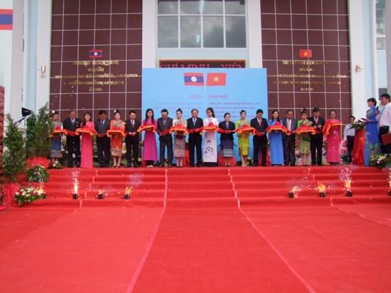 胡志明市与川圹省关系和越老关系图片展在老挝开展 hinh anh 1