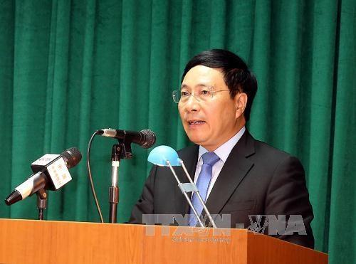 越南政府副总理兼外长范平明率团出席在菲举行的第50届东盟外长会议 hinh anh 1