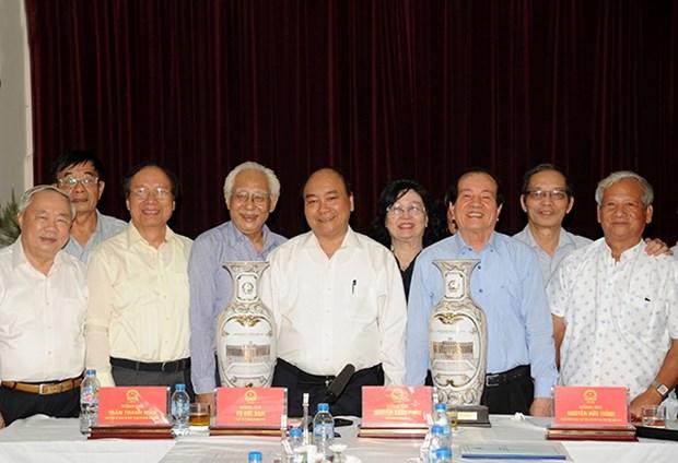 越南政府总理阮春福: 越南文艺工作者坚定对党和革命的信念 hinh anh 1