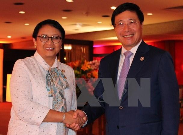 第50届东盟外长会议:越南政府副总理兼外长范平明分别与各国外长举行双边会晤 hinh anh 2