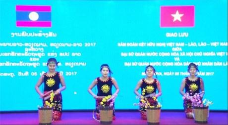 越南与老挝文艺体育交流会在俄罗斯举行 hinh anh 1