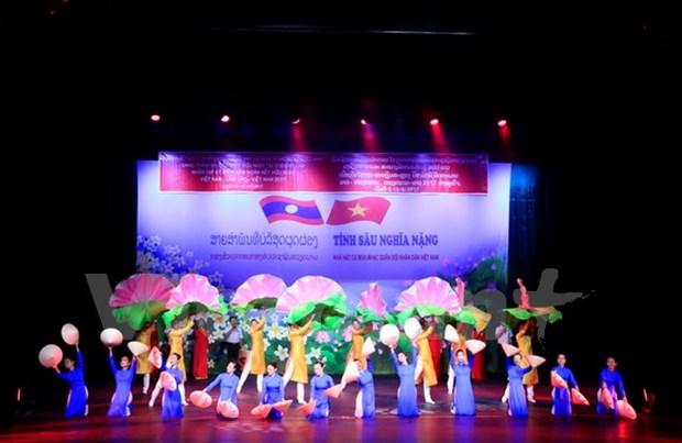 """""""越老深情""""艺术晚会在老挝举行 hinh anh 1"""