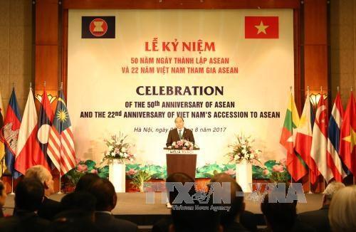 东盟成立50周年暨越南加入东盟22周年纪念庆典在河内举行 阮春福总理出席并致辞 hinh anh 1