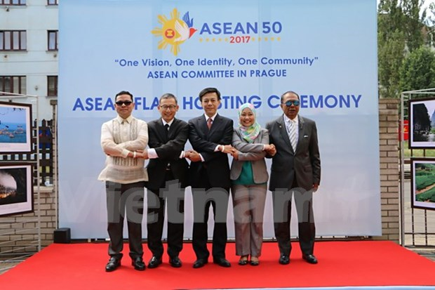东盟成立50周年纪念活动在捷克和日本举行 hinh anh 1