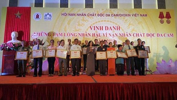 越南表彰致力于橙毒剂受害者模范代表 hinh anh 1