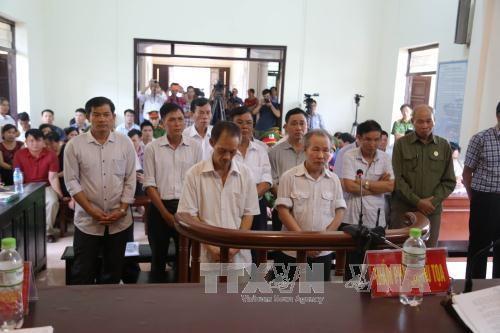 河内市美德西安法院开庭审理同心乡土地违法案 14名被告获刑 hinh anh 1