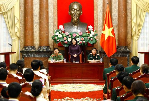国家副主席邓氏玉盛会见人民公安和人民军工会典范会员 hinh anh 1
