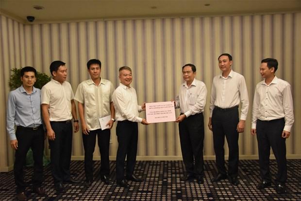 越南驻老挝大使馆工作人员捐款援助北部山区洪水受灾民众 hinh anh 1