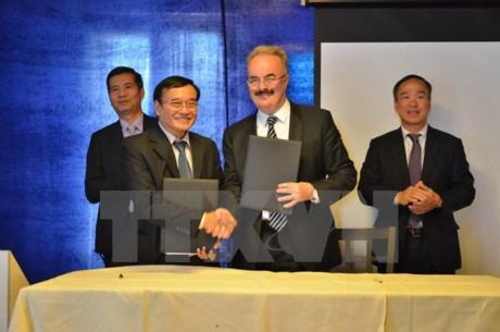 瑞士HTMI国际酒店旅游管理学院与岘港市东亚大学开展合作 hinh anh 1