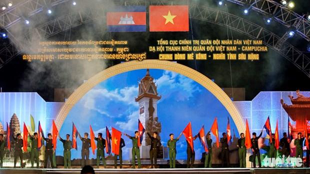 """越南与柬埔寨""""同饮湄公河水情谊深""""军队青年晚会在胡志明市举行 hinh anh 1"""