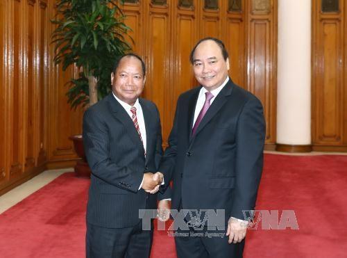 阮春福总理会见老挝国家安全部长 hinh anh 1