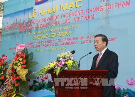"""题为""""柬—老—越公安部携手打击犯罪""""的展览会在河内举行 hinh anh 1"""