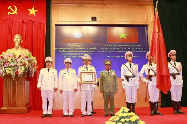 越南公安部荣获老挝国家的荣誉勋章 hinh anh 1