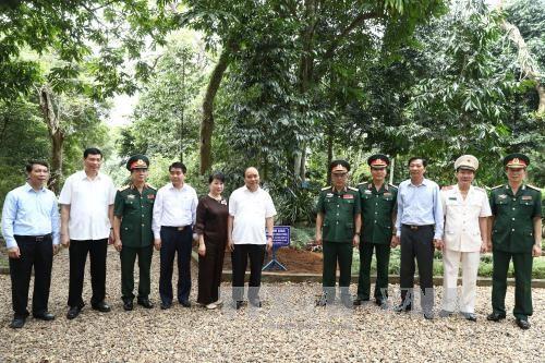 阮春福总理走访胡志明主席陵管理委员会和K9遗迹区 hinh anh 1