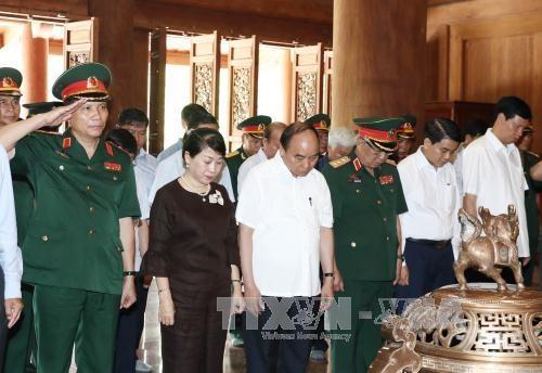 阮春福总理走访胡志明主席陵管理委员会和K9遗迹区 hinh anh 2