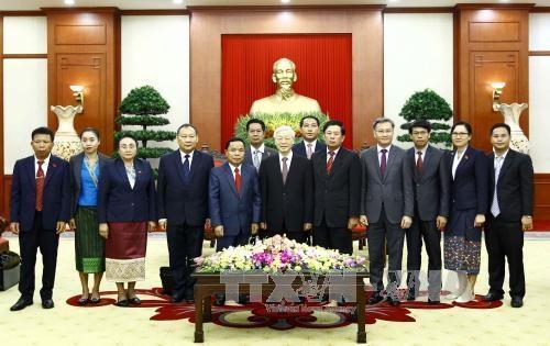 越共中央总书记阮富仲会见老挝人民革命党中央办公厅代表团 hinh anh 1