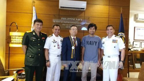 越南驻菲律宾大使馆完成必要手续 将获救船员送返回国 hinh anh 1