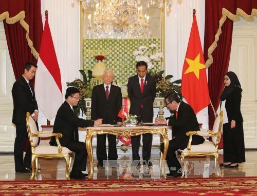 越南与印尼签署多项合作文件 hinh anh 1