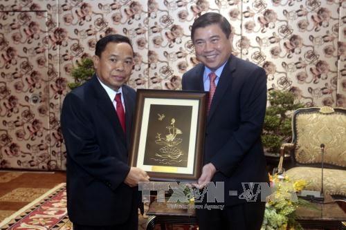 胡志明市领导会见老挝人民革命党中央办公厅代表团 hinh anh 1