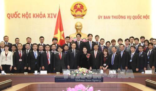 越南国会主席阮氏金银会见日本自由民主党青年局年轻议员代表团 hinh anh 1