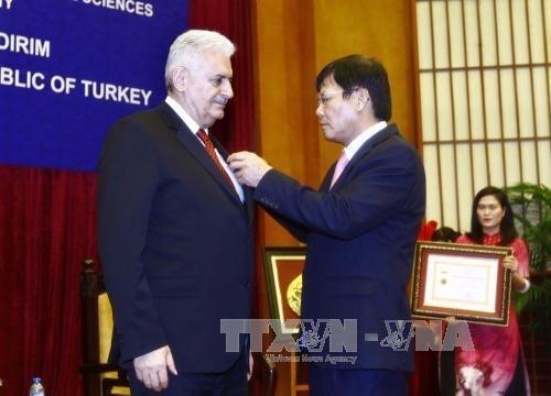 越南向土耳其总理比纳利·耶伊尔德勒姆授予致力于越南社会科学事业纪念章 hinh anh 1