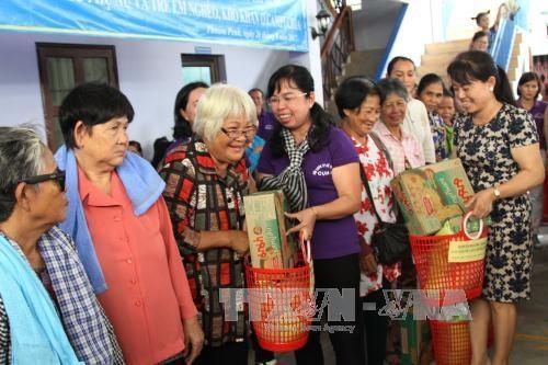 越南胡志明市妇女向金边贫困者赠送慰问品 hinh anh 1