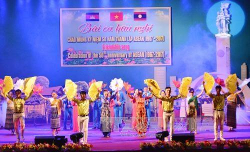 进一步加强越老柬三国边境地区各省的团结友谊 hinh anh 1