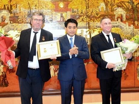 """两名法国公民荣获""""致力于首都建设事业""""称号 hinh anh 1"""